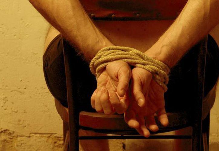 El Senado aprobó en comisiones la primera ley contra la tortura, que obliga a los policías a utilizar un dispositivo satelital para monitorear la detención de un presunto delincuente. (vanguardia.com.mx)