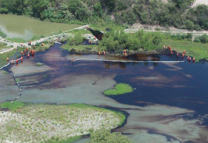 Pemex indicó que el derrame de crudo en el río San Juan se produjo por una toma clandestina de combustible. (Joel Sampayo/Milenio)
