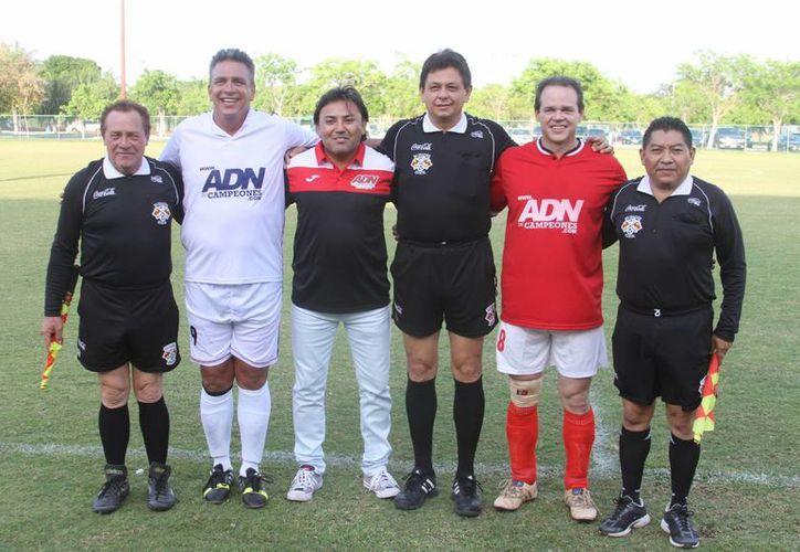 Los homenajeados Rafael Gómez y Jorge Esquivel, con el organizador del evento, Hugo Rosas, y los árbitros. (Milenio Novedades)