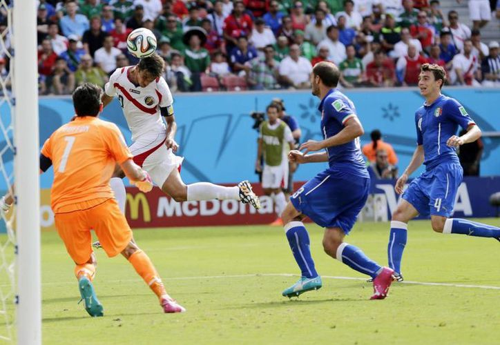 El costarricense Bryan Ruiz hizo esta tarde el gol más importante de su carrera, ante Italia. (Fotos: AP)