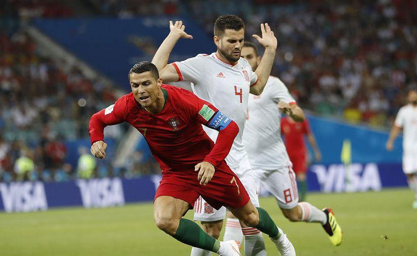 En tal vez su mejor partido mundialista, Cristiano anotó tres veces y sacó el 3-3 de España vs Portugal (Foto: AP)
