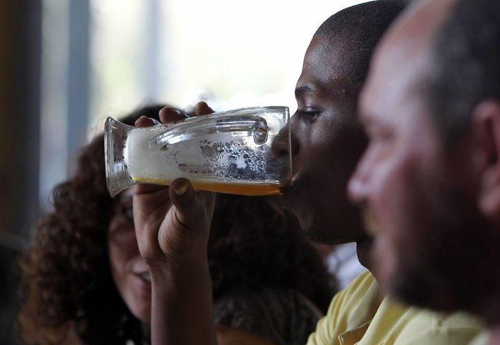 La demanda de cerveza en Cuba está muy por encima de las posibilidades de producción en la isla. (EFE)