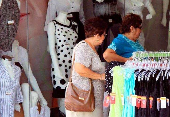 Las mujeres que trabajan en el comercio formal tendrán acceso al 'Seguro de vida para jefas de familia'. La imgen, de un comercio de Mérida, está utilizada solo como contexto. (Milenio Novedades)