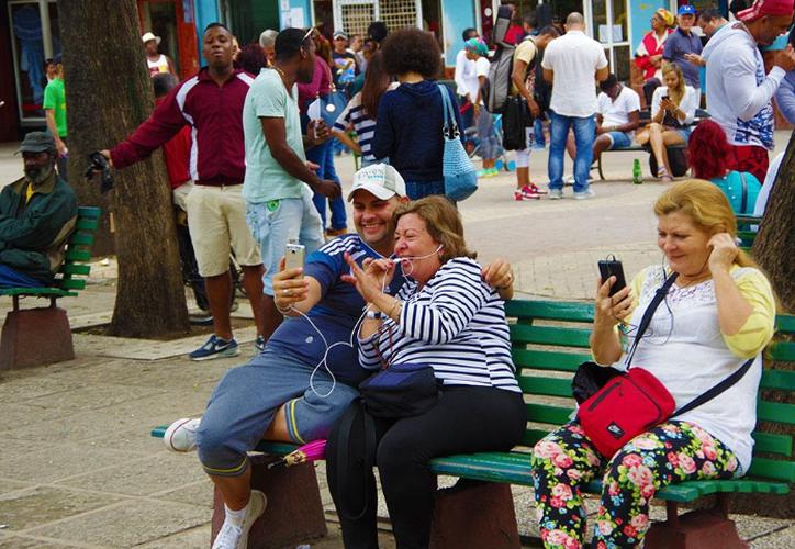 Siendo un país emisor de emigrantes y con una comunidad de casi 2 millones de residentes en el extranjero, la facilidad del internet móvil fue muy esperada por la ciudadanía. (Debate)