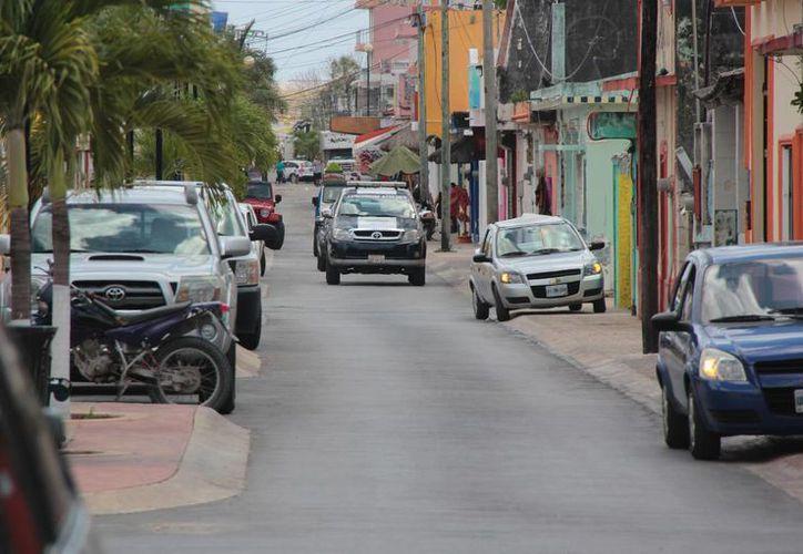 Las banquetas han sido tomadas como sitios de estacionamiento por los conductores. (Gustavo Villegas/SIPSE)