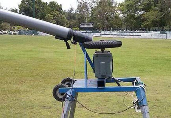 Un ingeniero de Colima desarrolló una máquina lanza pelotas que puede contribuir a mejorar el desempeño de los beisbolistas y evitar lesiones en pitchers. (Foto tomada de conacytprensa.mx)