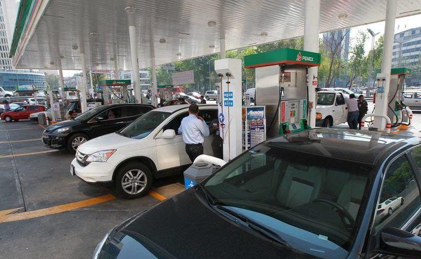 """Según la revista especializada Forbes, el gobierno está en lo correcto al aumentar el precio a las gasolinas, """"pues las cosas se deben vender a un precio justo"""". (Archivo/Notimex)"""