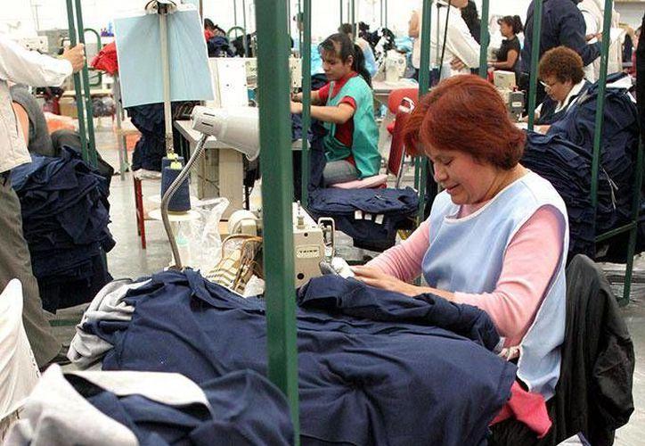De manera acumulada, durante los primeros cuatro meses de 2014, el personal ocupado en la industria manufacturera creció 1.9 %. (dineroenimagen.com)