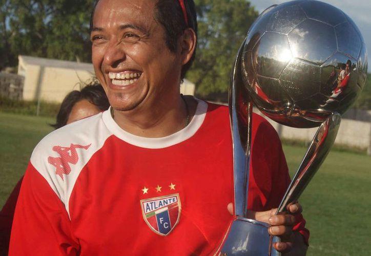 Máster Atlante celebró su flamante conquista en compañía de familiares y amigos. (Ángel Villegas/SIPSE)