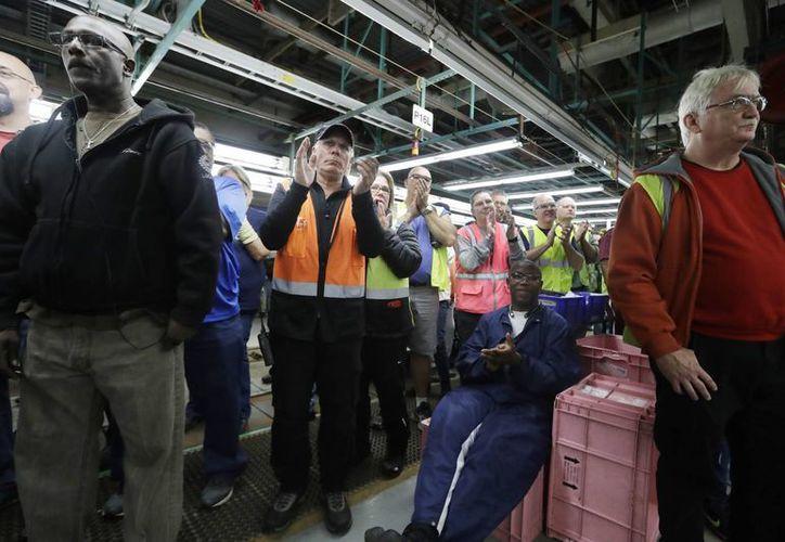 Empleados de una planta de Ford en Flat Rock, Michigan, aplauden un discurso del presidente de Ford Mark Fields. (AP/Carlos Osorio)