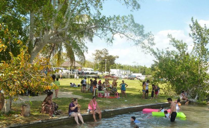 Cientos de turistas visitaron la laguna de los siete colores, a pesar de que no luce en su máximo esplendor. (Cortesía/SIPSE)