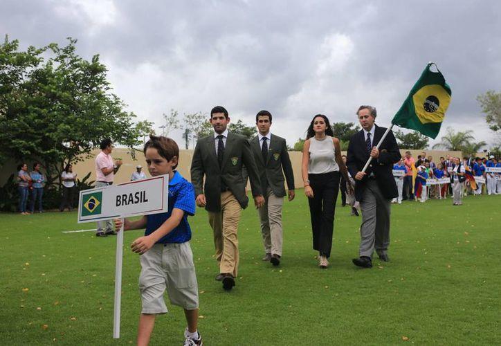 Desfile de las delegaciones conformadas por 126 jugadores de 20 países en el Campeonato Nacional de Aficionados de Golf. (Mauricio Palos/Milenio Novedades)