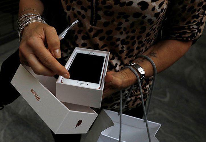 Luego de un par de minutos de conectar el iPhone 8 a la red eléctrica, éste estalló. (Foto: RT)