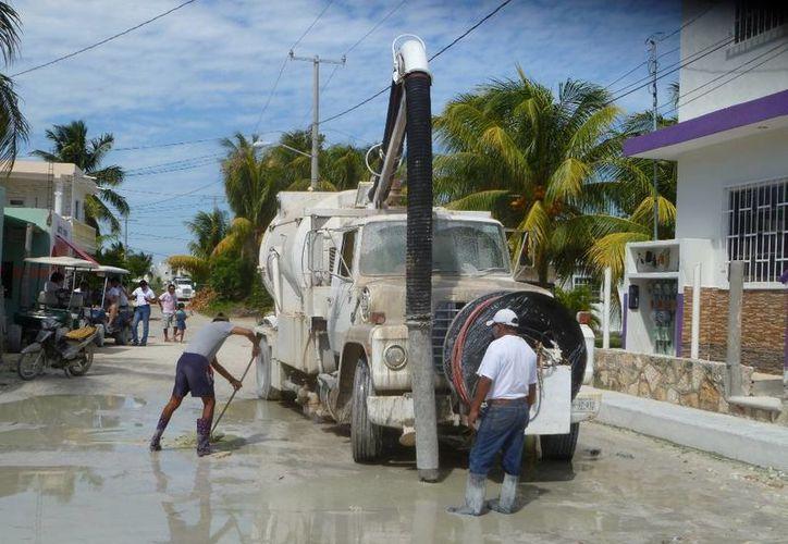 Desaguan las principales calles de la isla. (Raúl Balam/SIPSE)