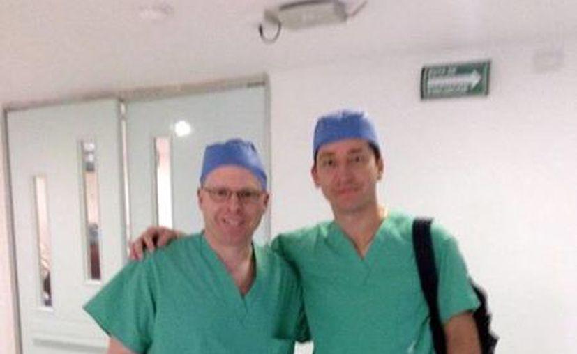 Héctor Cámara Castillo, oftalmólogo de la Clínica de Mérida, y Richard Davidson, de la Universidad de Colorado, realizaron el trasplante. (SIPSE)