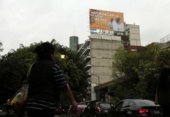 Vista de un anuncio de bienvenida al papa Francisco en una calle de Ciudad de México. El Santo Padre llega a tierras aztecas el 12 de febrero. (EFE)