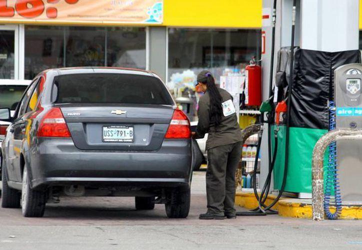 Reportan que algunas gasolineras no venden litros completos. (Gonzalo Zapata/SIPSE)