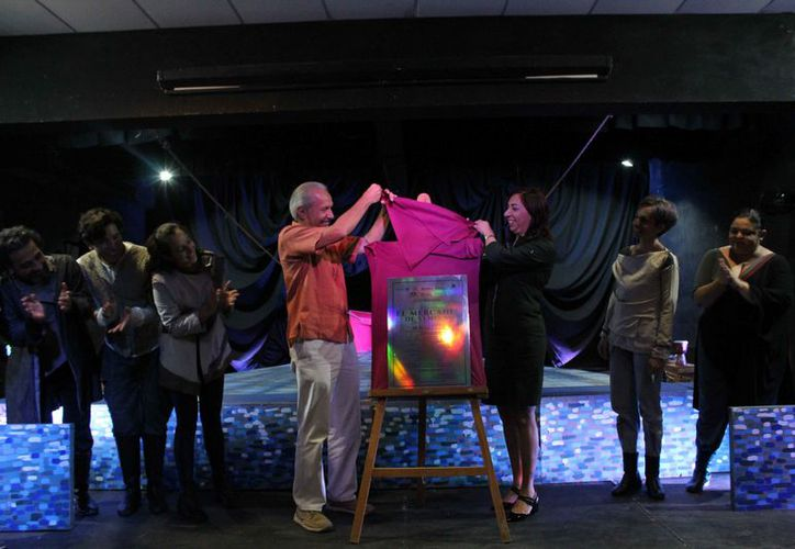 Al finalizar la puesta en escena develaron la placa. (Faride Cetina/SIPSE)