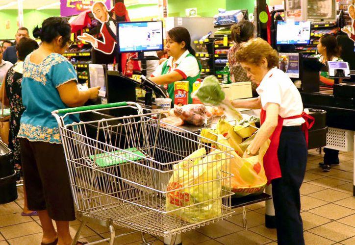 Empacadores voluntarios en supermercados, puesto muy demandado. (Jorge Acosta/Novedades Yucatán)