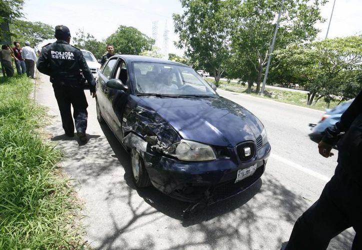 Un anciano que manejaba un Seat en un puente de periférico provocó un choque múltiple con cinco vehículos involucrados. (Milenio Novedades)