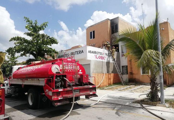 El incendio ocurrió en la avenida Del Sur entre Loros y Pavorreal del fraccionamiento Villas del Sol, en Playa del Carmen. (Redacción/SIPSE)
