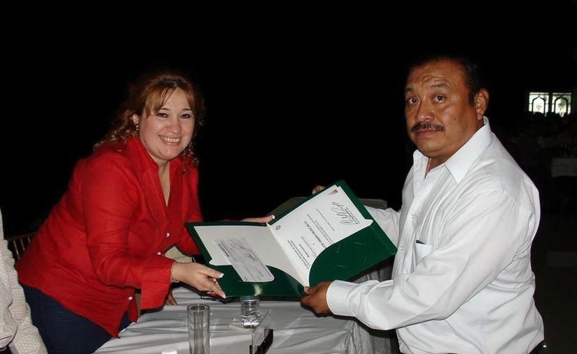 El comandante Éberh Francisco Mezeta recibe su reconocimiento de manos de la Fiscal, Celia Rivas. (Cortesía)