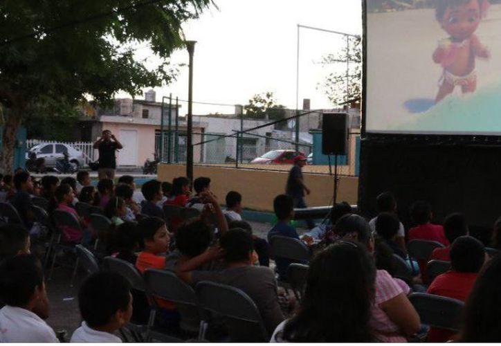 """""""Cinema Isla Cozumel"""" se realiza en parques de distintas colonias. (Foto: Facebooki"""
