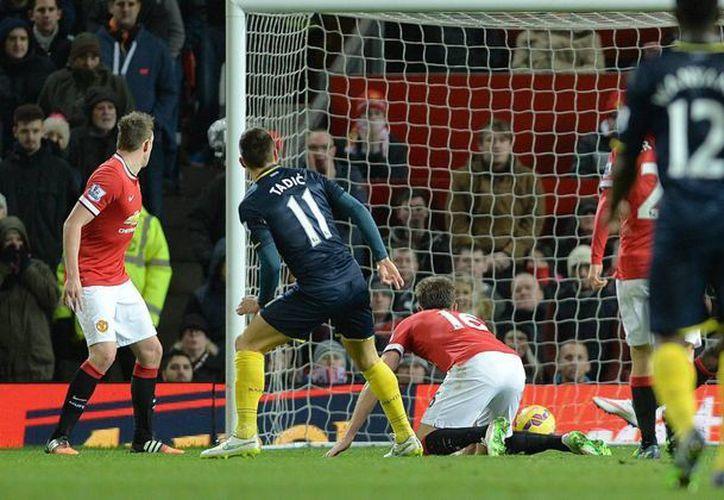 Dusan Tadic, del Southampton, logra el gol de su equipo durante el partido de la Premier League que han jugado contra el Manchester United. (EFE/EPA)