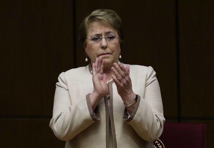 La Presidenta de Chile develó una placa en el sitio exacto donde Salvador Allende se suicidió durante el asalto militar al Palacio de la Moneda en 1973. (AP)