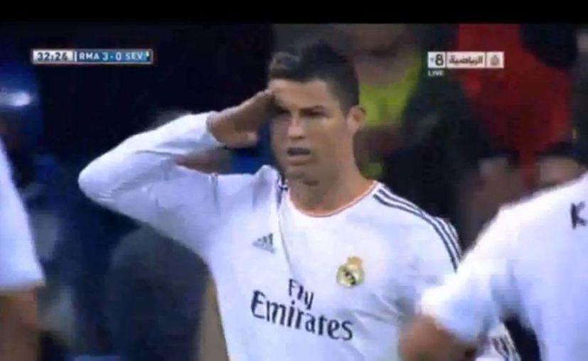 Aunque Blatter le pidió disculpas, Cristiano hizo mofa de él durante el partido contra el Sevilla, como se aprecia. (Captura de pantalla de YouTube)