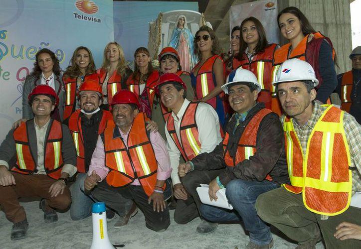 El productor Juan Osorio junto con todo su equipo en las primeras grabaciones de 'Sueño de Amor', telenovela que iniciará sus transmisiones el 22 de febrero en horario de las ocho de la noche. (Notimex)