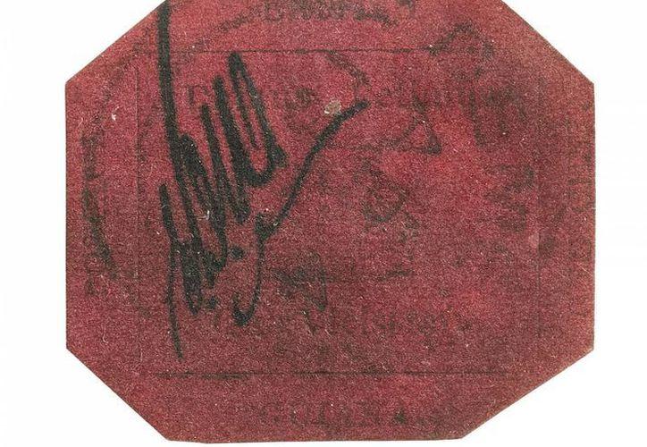 En esta imagen sin fecha cedida por la casa Sotheby's de la estampilla de 1 centavo de 1856 y emitida en la Guyana británica, que se vendió este martes en 9.5 millones de dólares. (Foto AP/ Casa Sotheby's)