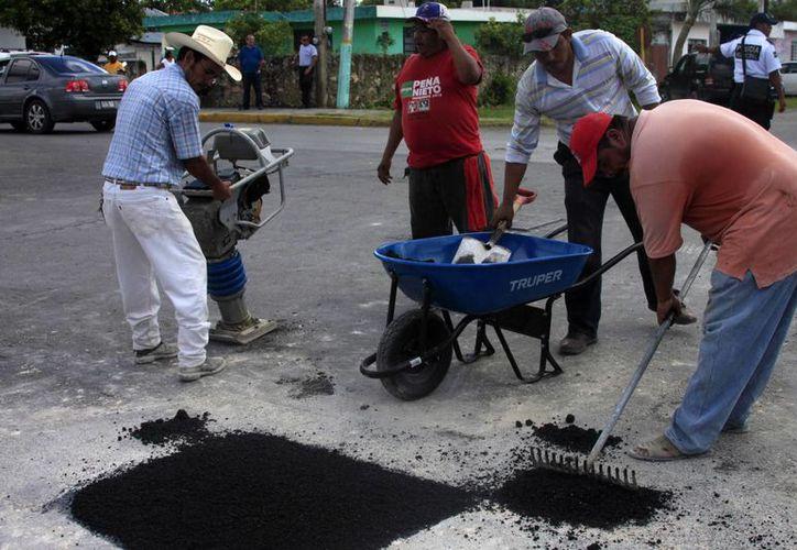 El Ayuntamiento de Othón P. Blanco hace pruebas para reparar los principales socavones. (Harold Alcocer/SIPSE)