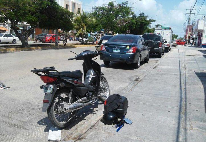 Según los testigos el problema inició porque el dueño de la moto, portaba orgulloso su camiseta azul crema. (Redacción/SIPSE)