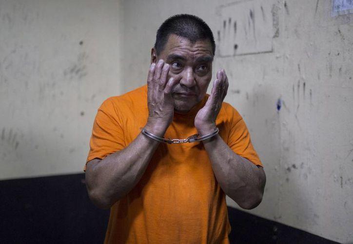 Santos López Alonzo, un ex soldado guatemalteco sospechoso de ayudar a perpetrar la masacre de más de 160 personas durante la guerra civil de su país en 1982, fue deportado el miércoles de los Estados Unidos luego de que una corte rechazó su solicitud de permanencia por temer por su vida. (AP Foto/Luis Soto)