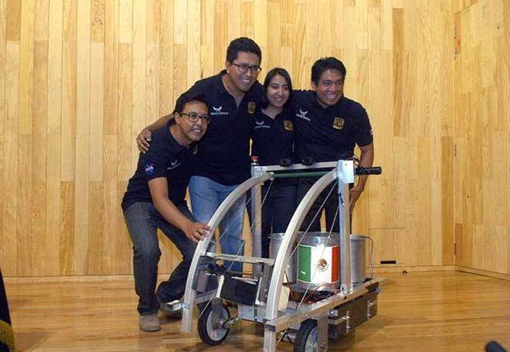 Nueve jóvenes mexicanos integraron el equipo de UNAM Space, ganadores del premio 'Hans von Mulau'. (Excélsior)