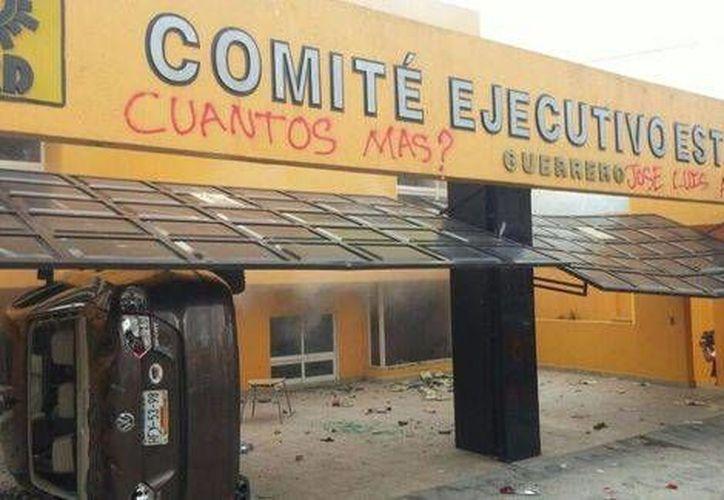 La violenta manifestación de los maestros disidentes en la sede del PRD alarmó a los vecinos de la zona. (Milenio)