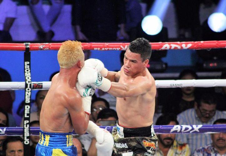 Julio 'Pollito' Ceja sometió a su rival e hizo vibrar de emoción a los aficionados chetumaleños. (Miguel Maldonado/SIPSE)