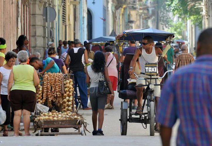 Según los últimos datos oficiales, 436 mil 342 cubanos ejercen el empleo por cuenta propia en la isla. (EFE)