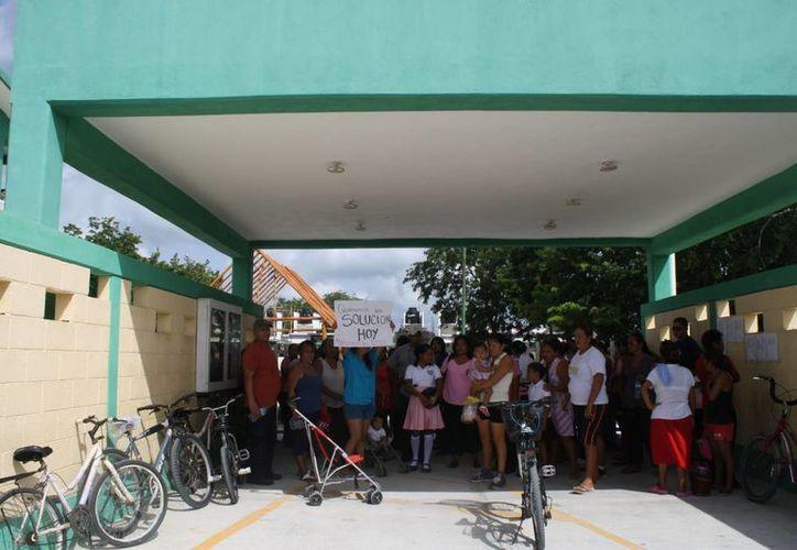 Aproximadamente 100 padres de familia bloquearon la entrada de una secundaria duarante su manifestación. (Loana Segovia/SIPSE)
