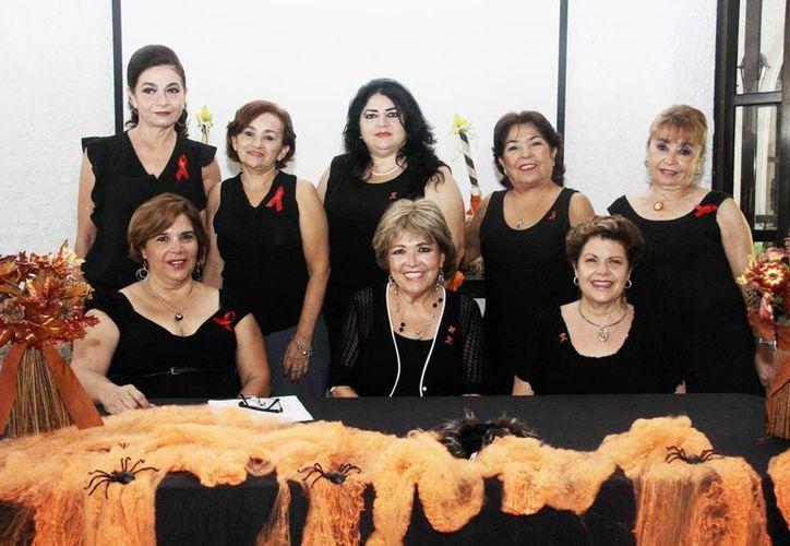 Integrantes del Patronato Vida Humana Integral al anunciar una fiesta de Halloween a beneficio del albergue 'La Misericordia de Dios Padre'. (Milenio Novedades)