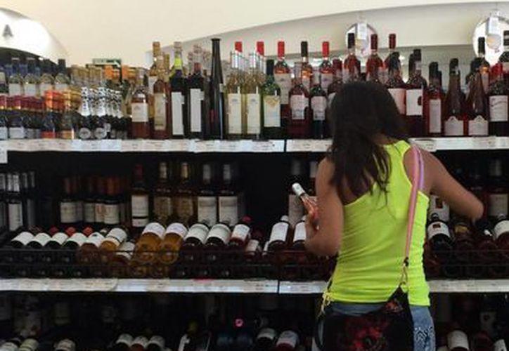 Las tiendas especializadas en ofrecer estos productos realizan un acercamiento con las personas o consumidores. (Victoria González/SIPSE)