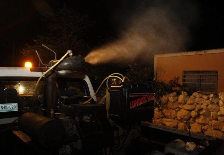 En este 2016 la Comuna meridana utilizará 50 millones de pesos para apoyar al Gobierno estatal y federal en la prevención y combate del dengue, chikungunya e incluso zika. En la foto, momento de una fumigación. (César González/SIPSE)