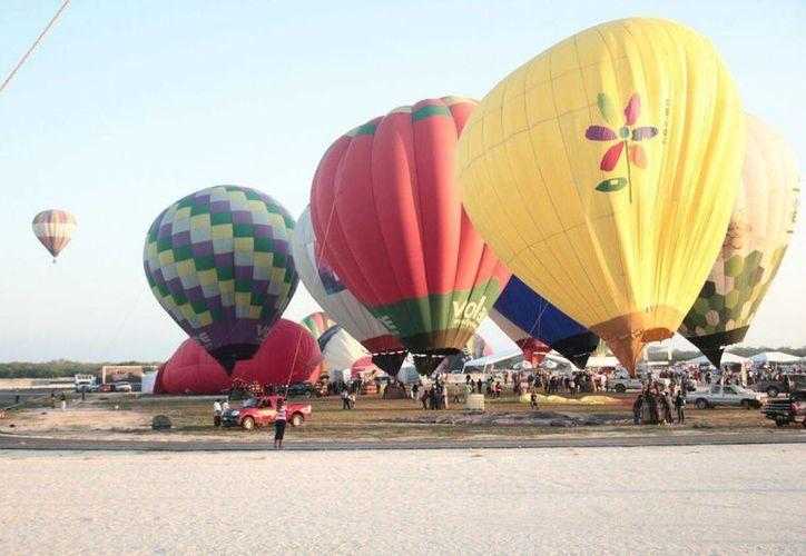 El clima de este domingo permitió el vuelo de los globos aerostáticos, en el último día de actividades del Festival Internacional del Globo en Yucatán. (José Acosta/Milenio Novedades)