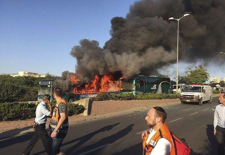Fotografía facilitada por el Maguen David Adom (equivalente a Cruz Roja) de un autobús en llamas tras la explosión en los alrededores de la carretera de Hebrón, en la parte sureste de Jerusalén. (EFE)