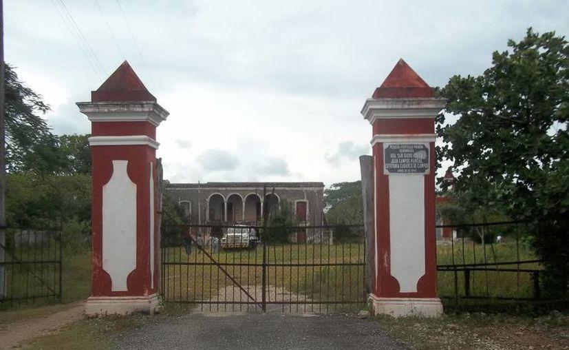Entrada de la exhacienda de San Isidro Kuxub. A unos metros de aquí vio la familia el fantasma de la pequeña cruzando la carretera. (Jorge Moreno/SIPSE)