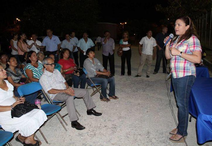 La senadora Rosa Adriana Díaz Lizama habla ante militantes panistas del poniente de Mérida. (Cortesía)