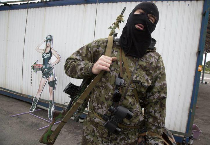 En la localidad de Slaviansk todavía pueden verse algunos rebeldes merodeando. (AP)
