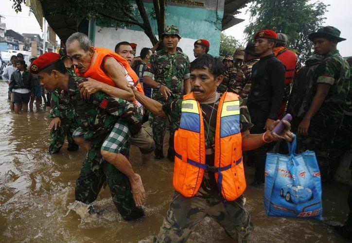 Algunas zonas de la capital permanecen inundadas. (Agencias)