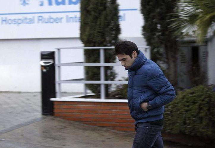 Unai Casillas, el hermano de Iker Casillas, a su salida de la clínica Ruber de Madrid donde hoy el portero del Real Madrid y su pareja, la periodista deportiva Sara Carbonero, se convirtieron padres de un niño. (Efe)